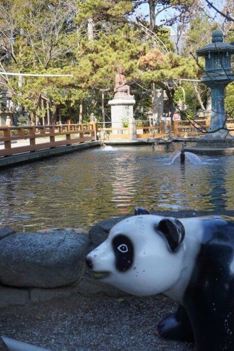 霊山寺 池のほとりのパンダ