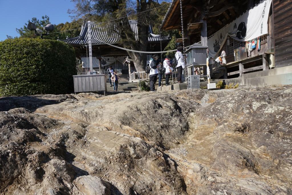 常楽寺 境内 流水岩