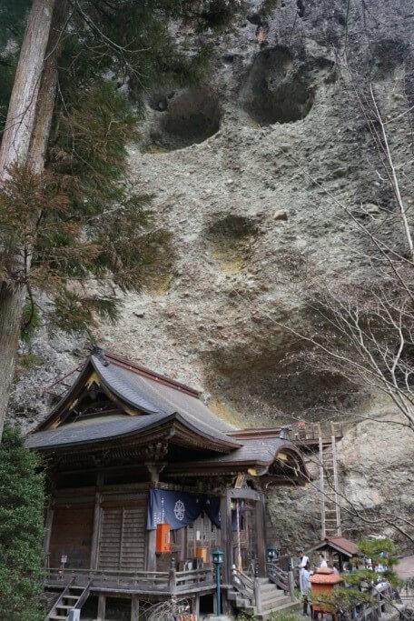 岩屋寺 本堂 岩山
