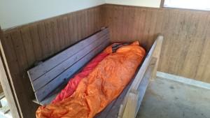 ジンベエ広場 小屋内 ベンチ 寝袋設置