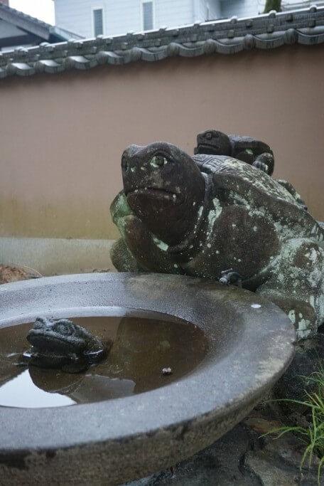 浄瑠璃寺 手水鉢 親子亀 カエル