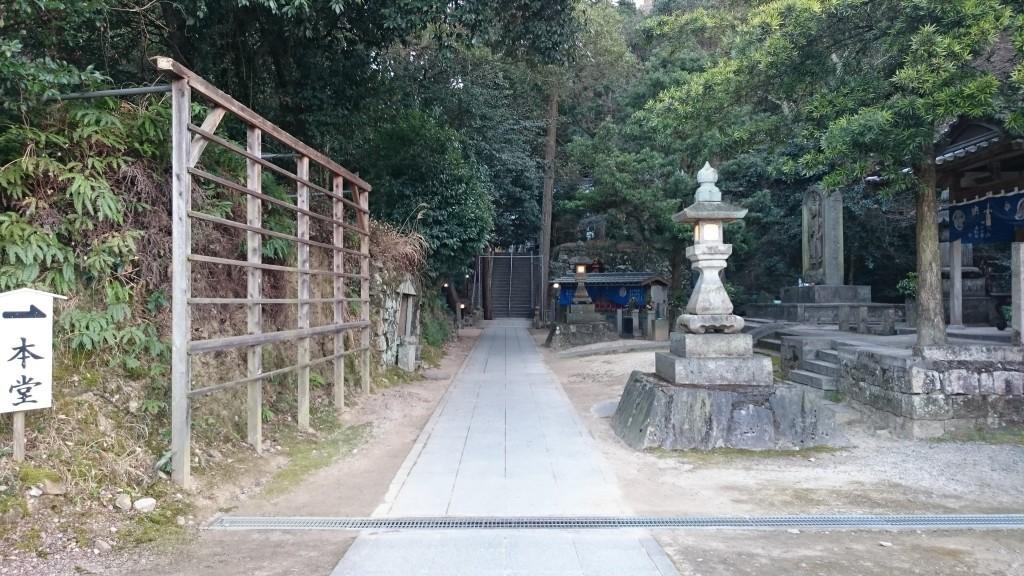 前神寺 境内 本堂への道