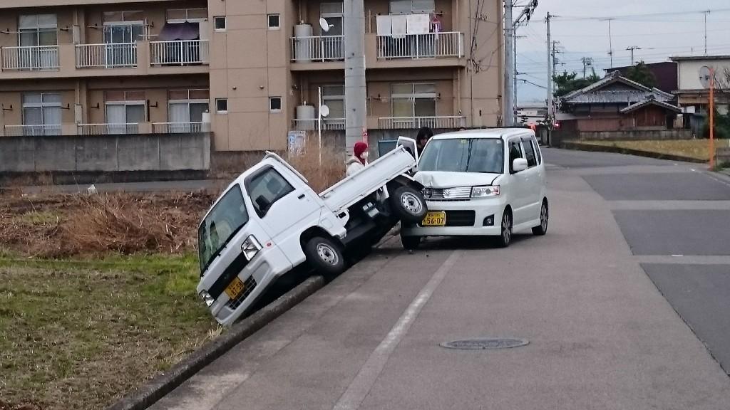 土居IC 追突事故