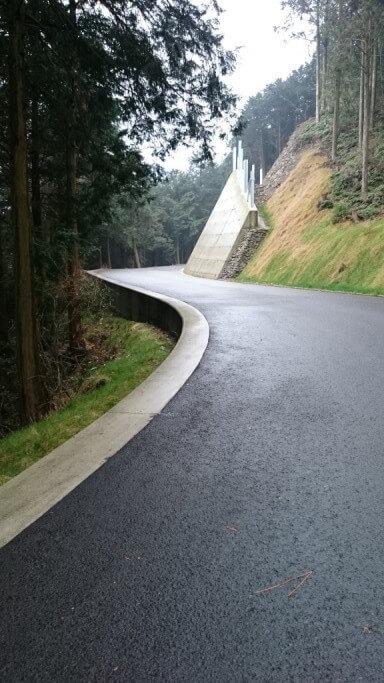 三角寺 登り坂 舗装路カーブ