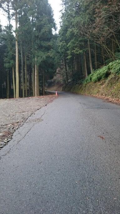三角寺 登り坂 舗装路 山林