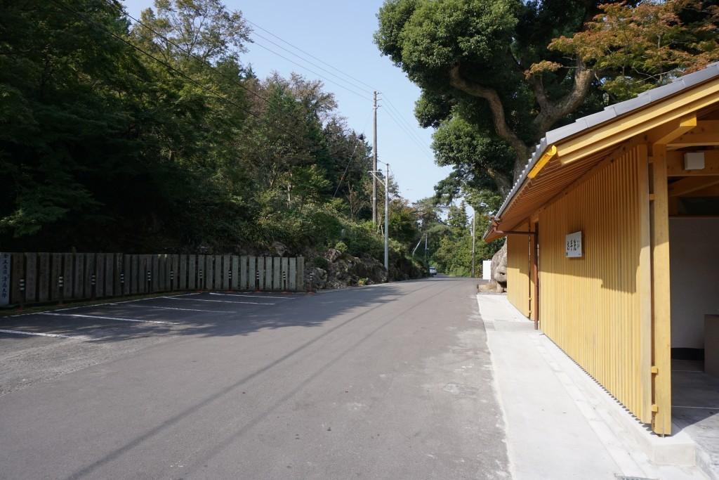 白峯寺 門前駐車場 トイレ 石造十三重塔への道