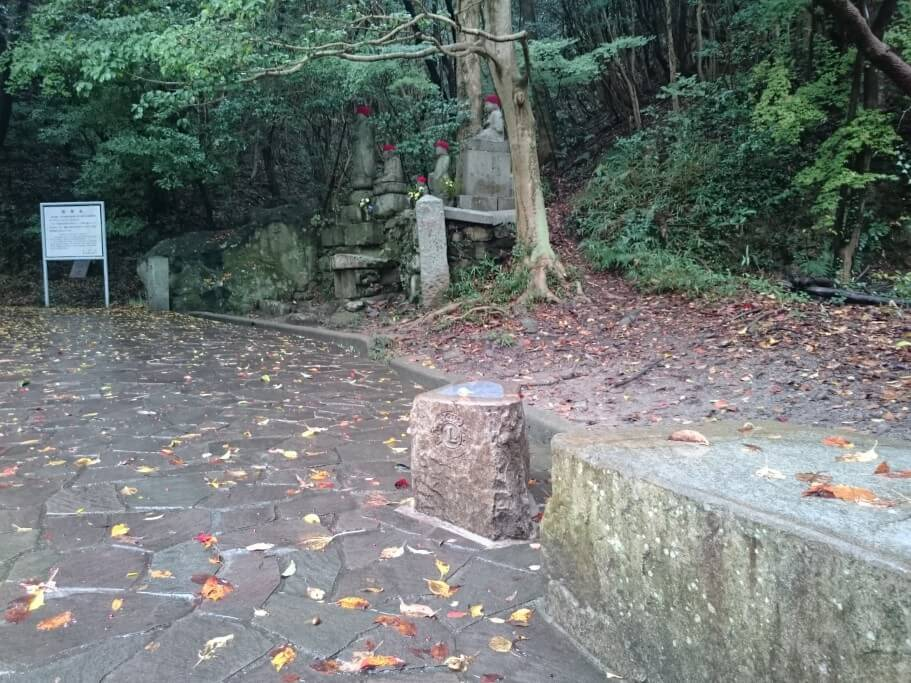 屋島寺への遍路道 御加持水 ベンチ