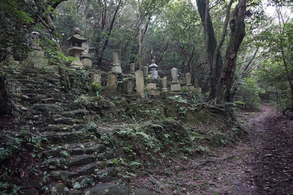 天霧城への遍路道 墓地