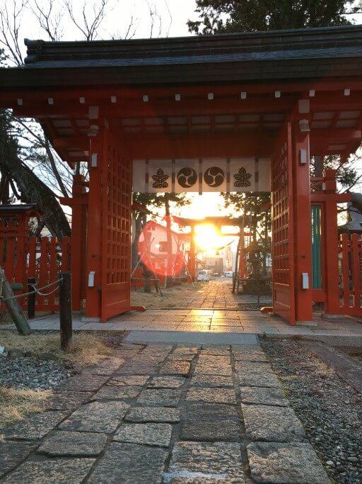 生島足島神社 冬至の太陽