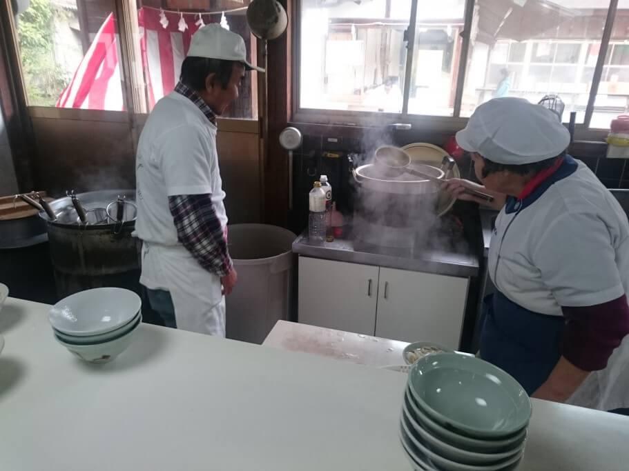 田村神社日曜市うどん 調理場
