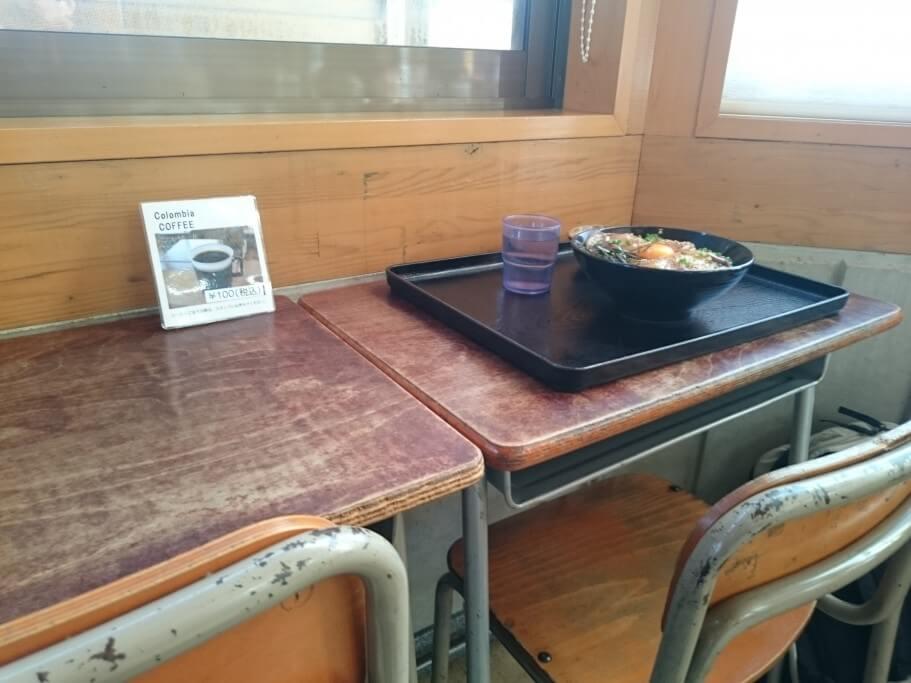 海鮮食堂じゃこや 学校机椅子