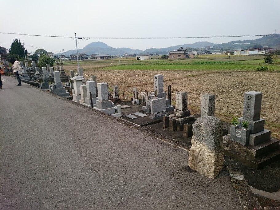 鴨部川沿い遍路道 遍路石 墓地