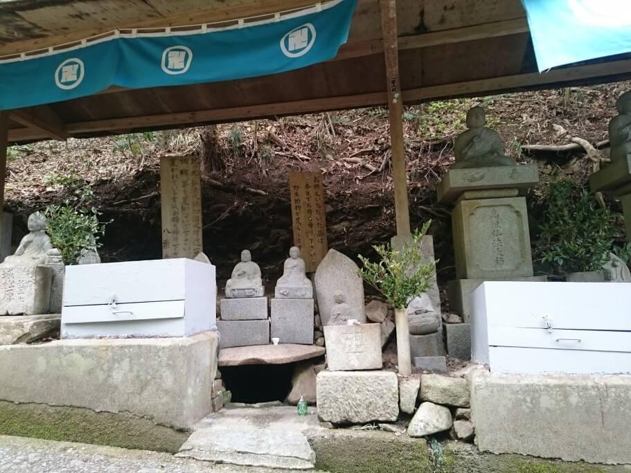八栗寺への遍路道 御加持水