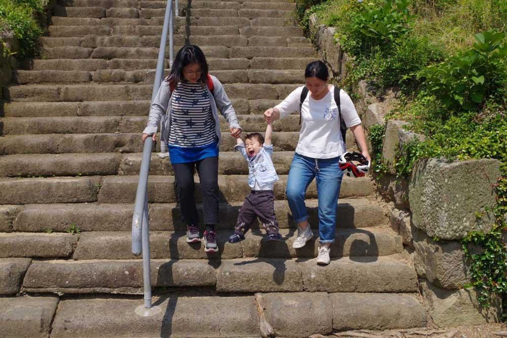 クラウズサイクリング 法然寺 階段下りる