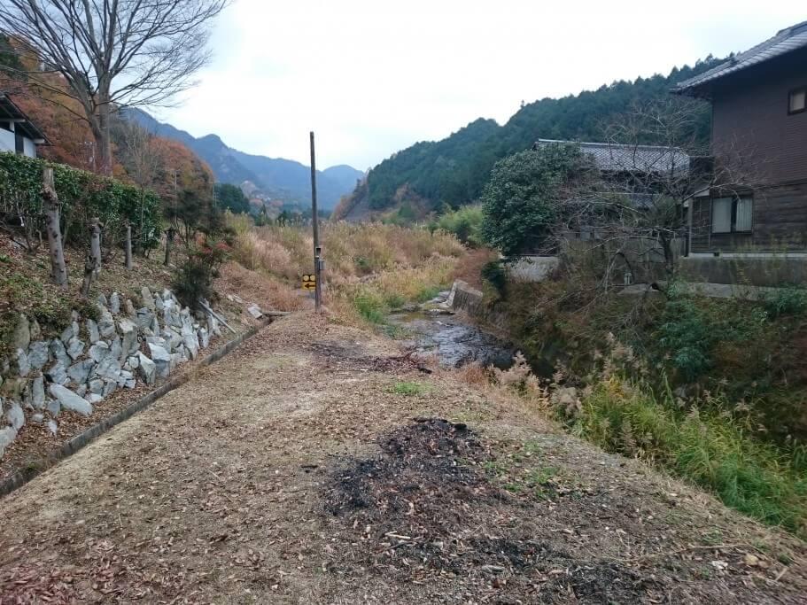 国道377号と大窪寺旧道の間の川