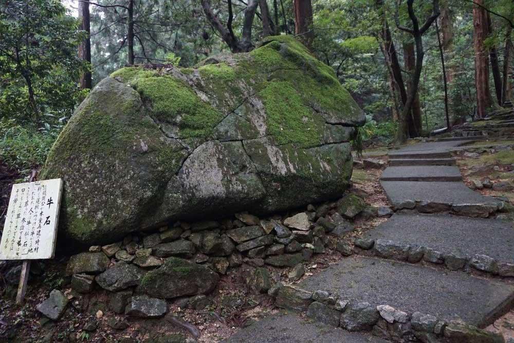 西山興隆寺 牛石