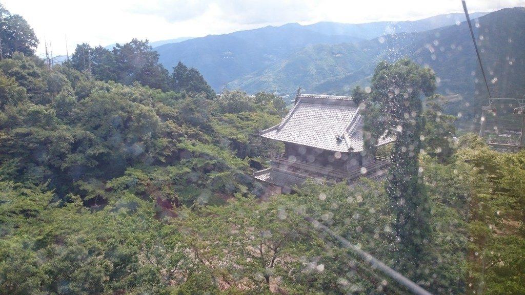 箸蔵山ロープウェイ 上から山門を見る