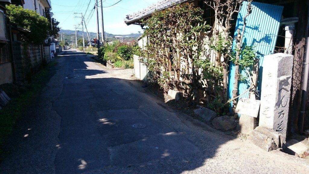 八塚への道 道導左折