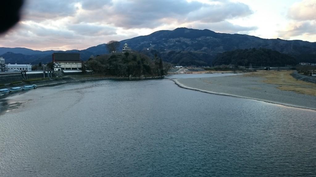肱川橋から見た肱川と大洲城
