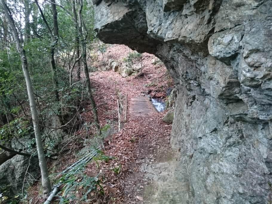 慈眼寺までの道 岩くぐり