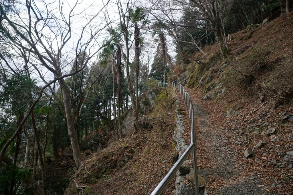 慈眼寺 本堂への崖道