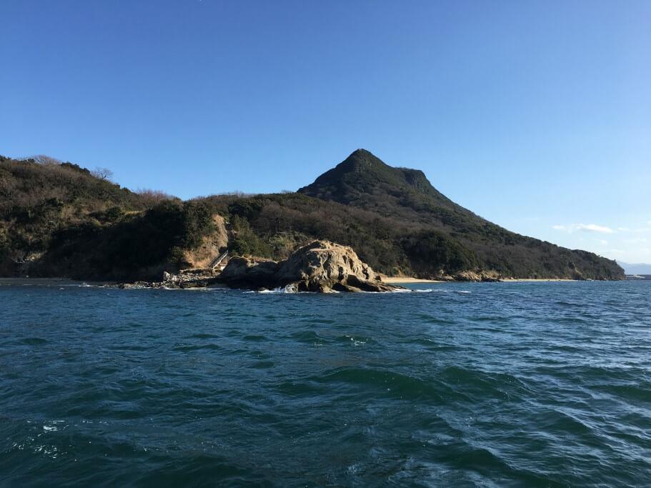 海上から望む五剣山