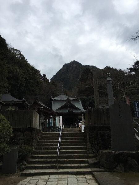 女体山を背負う大窪寺本堂