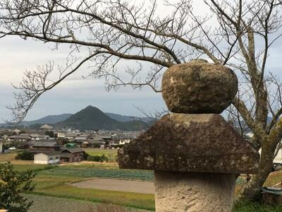 静薬師 石塔と白山