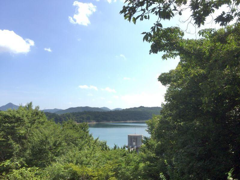 神野寺 大師像から見た満濃池