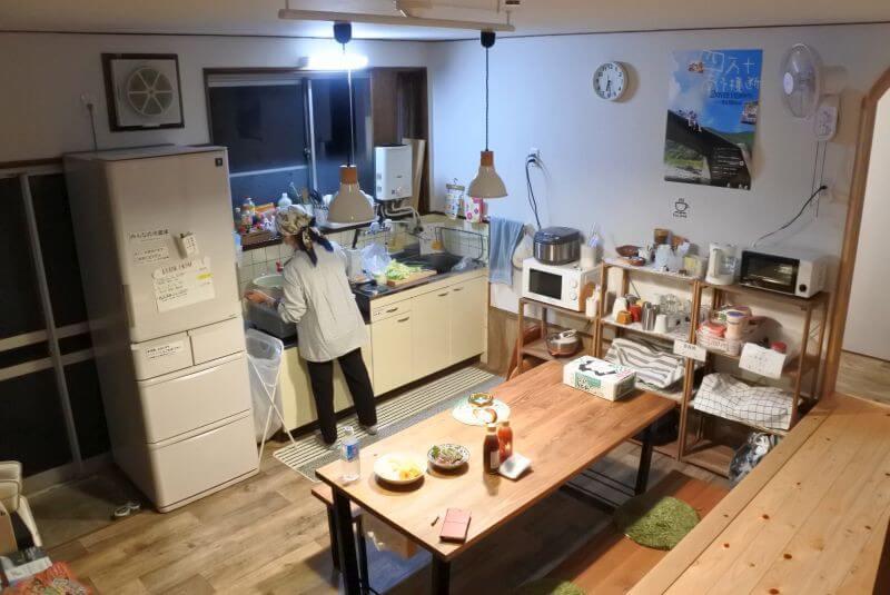 ゲストハウス40010 リビング兼キッチン