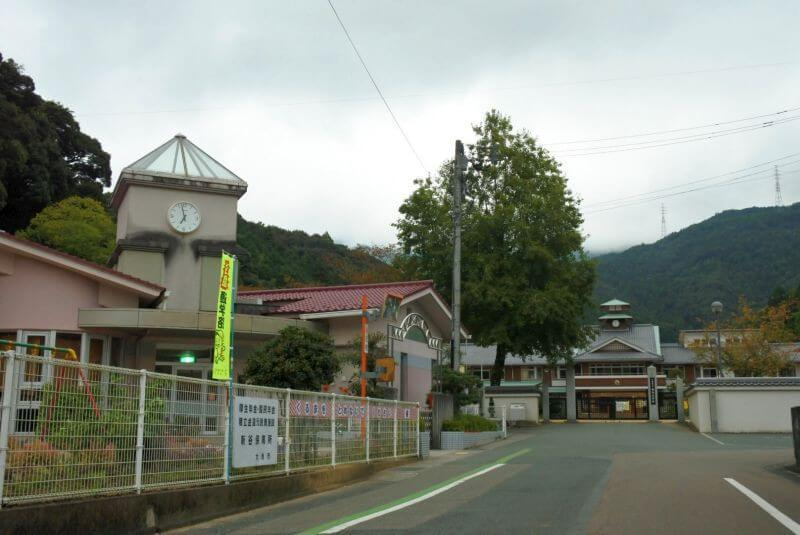新谷 小学校と保育所の屋根