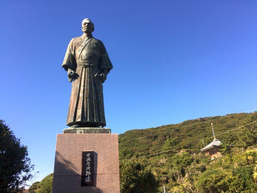 金剛福寺と万次郎像