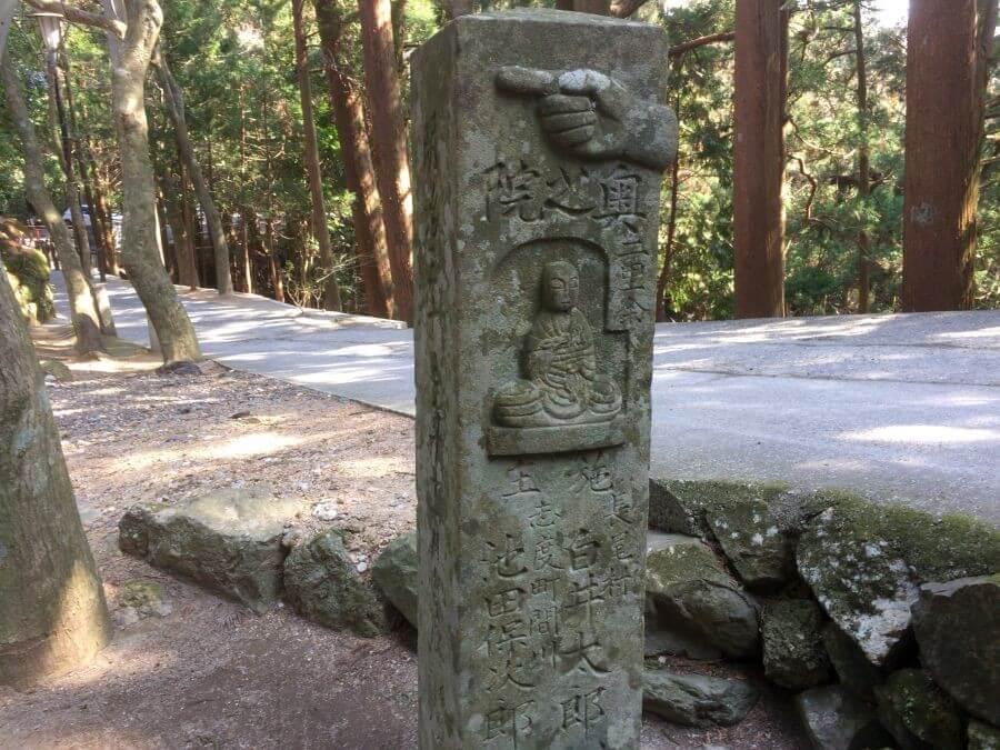 鶴林寺門前 標石 指差し方向
