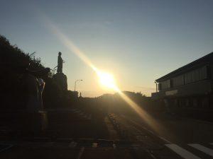 中岡慎太郎像と朝日