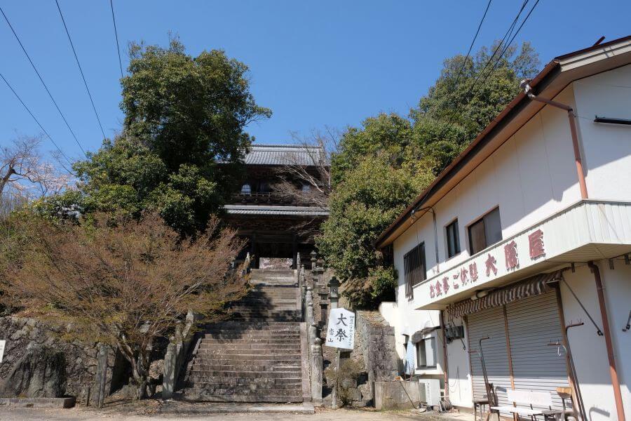 箸蔵寺 門前