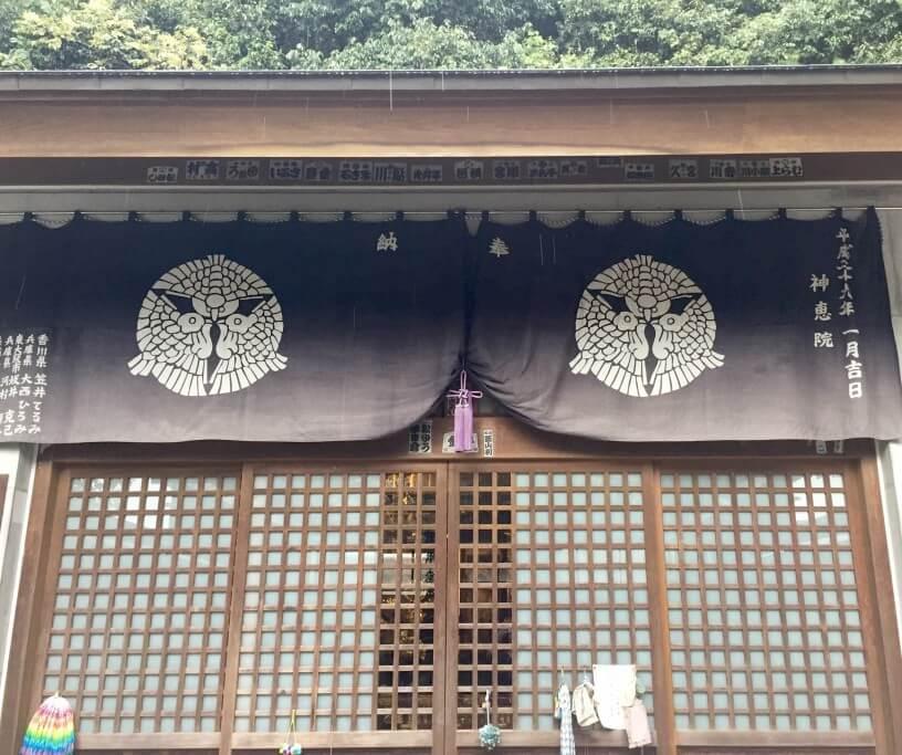 神恵院本堂 三羽雀紋