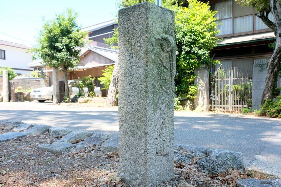 多度津町五差路の一対二基の標石(西側) 正面