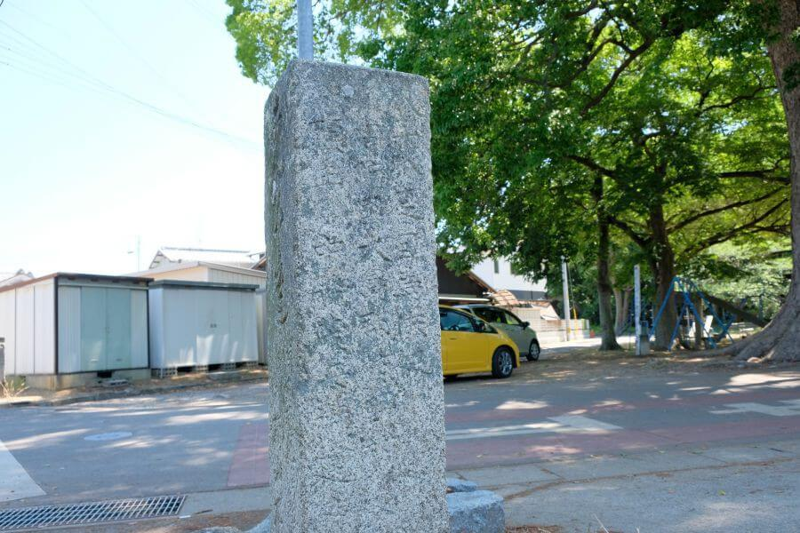 多度津町五差路の一対二基の標石(西側) 裏面
