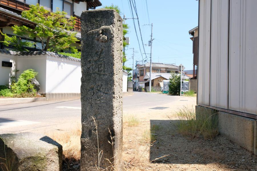 多度津町五差路の一対二基の標石(東側) 正面