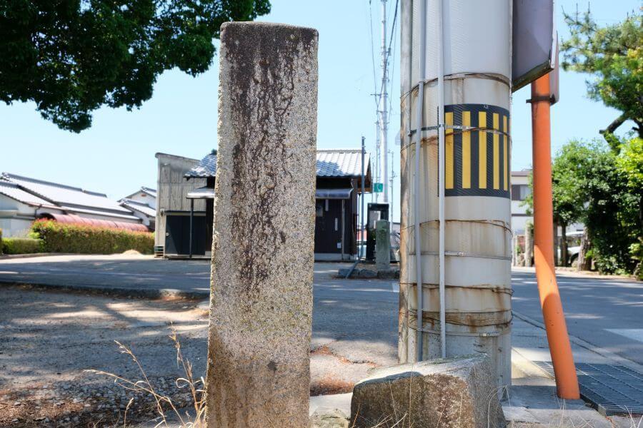 多度津町五差路の一対二基の標石(東側) 裏面