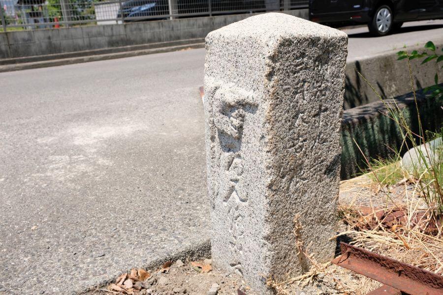 金倉寺駐車場出入口標石 正面右面
