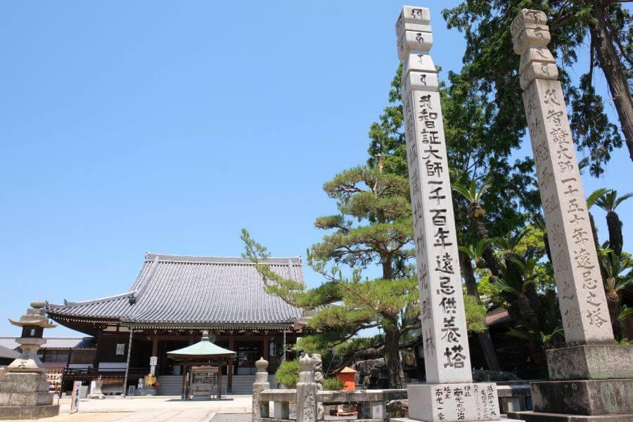 金倉寺 本堂前 供養塔