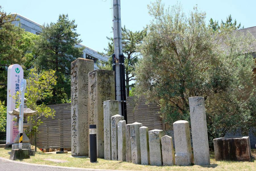 善通寺市役所 標石の集合体