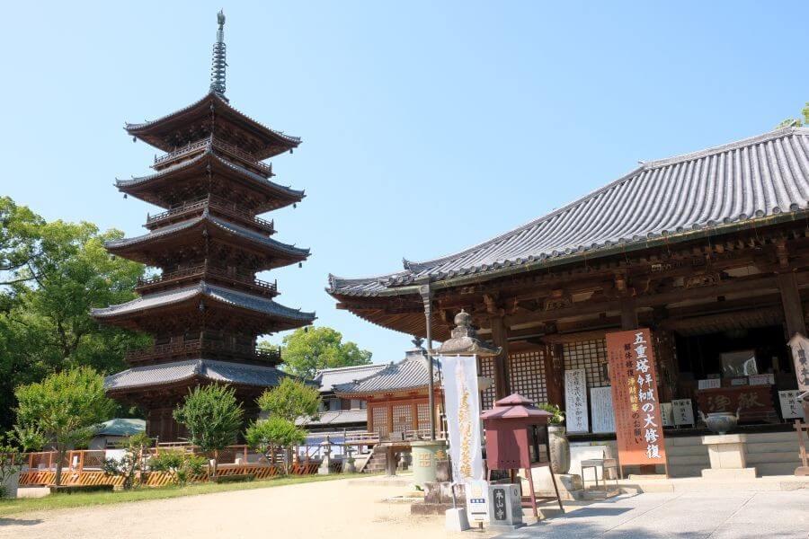 本山寺 本堂と五重塔