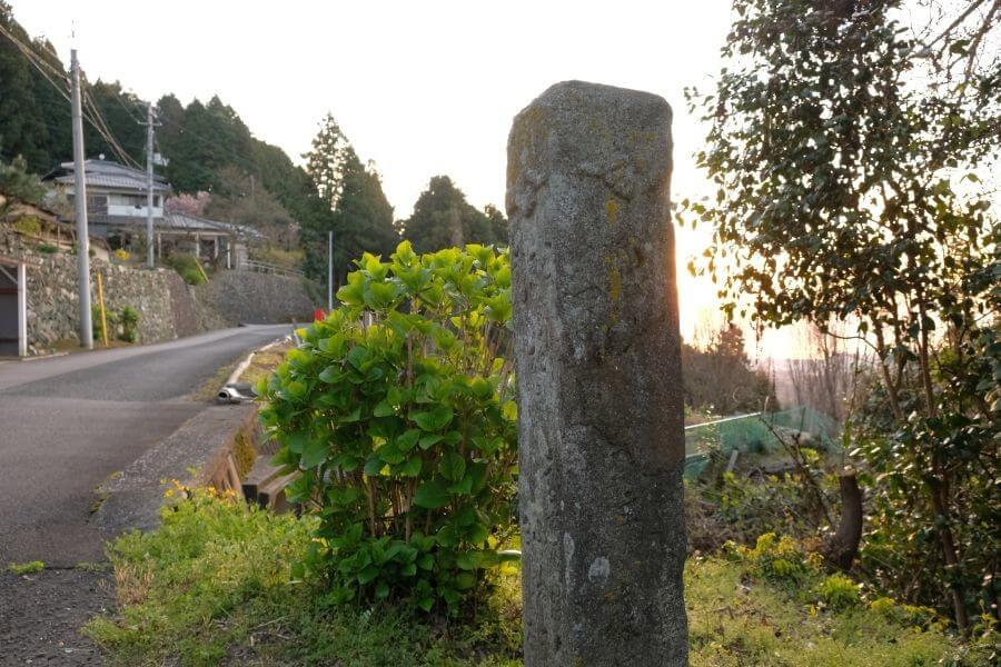 四国中央市土佐街道分岐点の標石 右面
