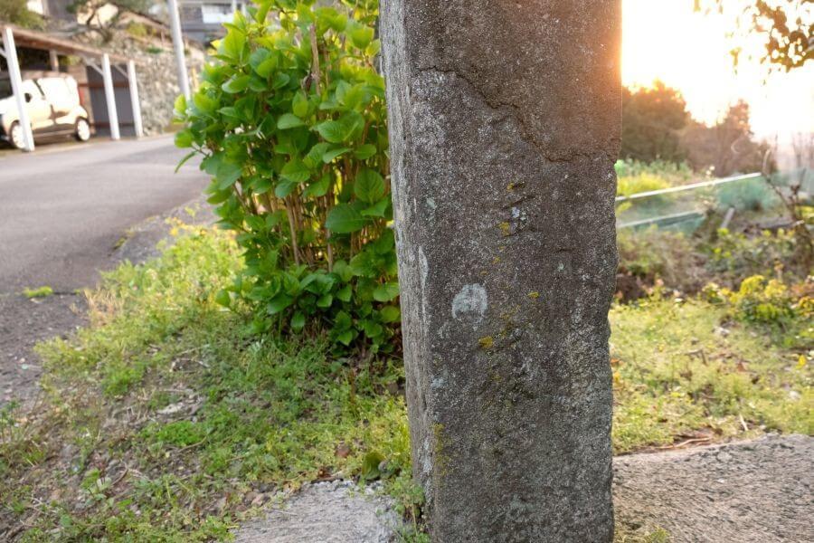 四国中央市土佐街道分岐点の標石 左面
