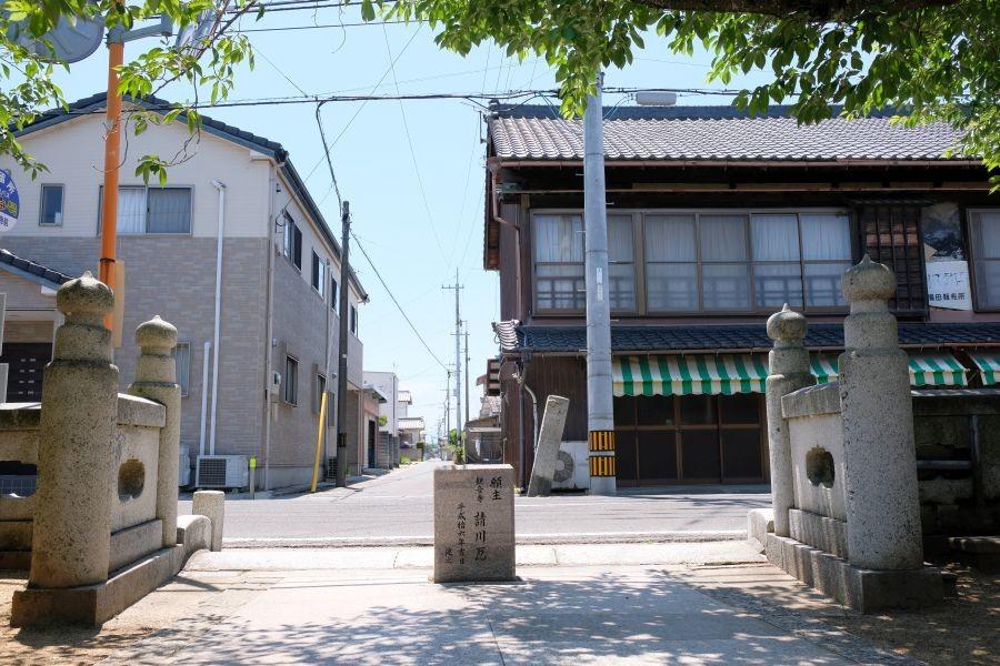 金倉寺門前の標石 山門からの視点